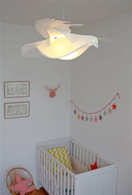 Avec cette lampe suspension colombe blanche apportez un peu de poésie à la déco de chambre des enfants ce luminaire diffuse une lumière douce dans la