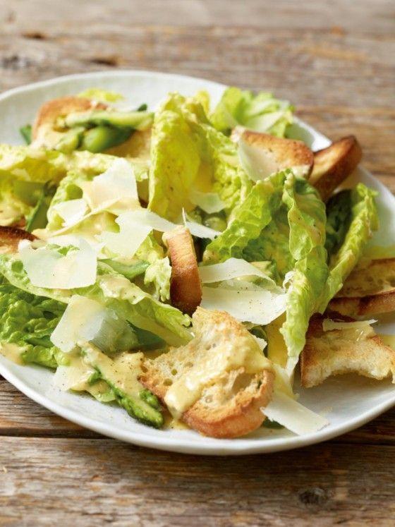 Knackig-frisch: Der Caesarsalat bekommt dank des grünen Spargels ein intensives Aroma.