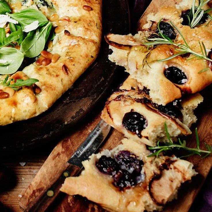 Tummat viinirypäleet tai tuoreet viikunat sopivat mainiosti gorgonzolaleivän päälle.
