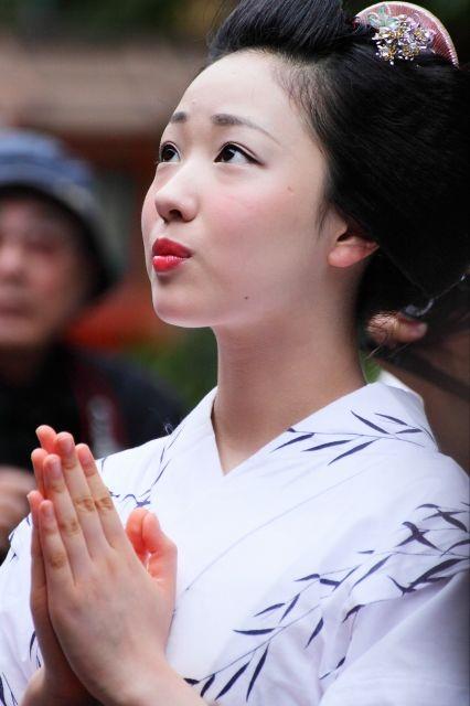 Flawless maiko Mamefuji of Gion Kobu praying at the Yasaka Shrine (SOURCE)