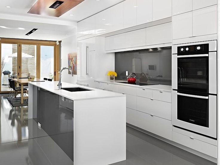 Diseño de cocina con isla color blanco