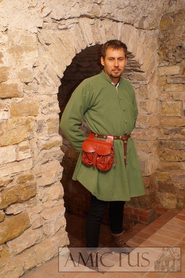 Strój męski (fr. houpellande-robe) z wąskimi rękawami, uszyty z zielonej wełny, zapinany na oblekane guziki. Nogawice pełne z czarnego sukna. Koniec XIV i XV wiek. Fot. Dariusz Skowroński