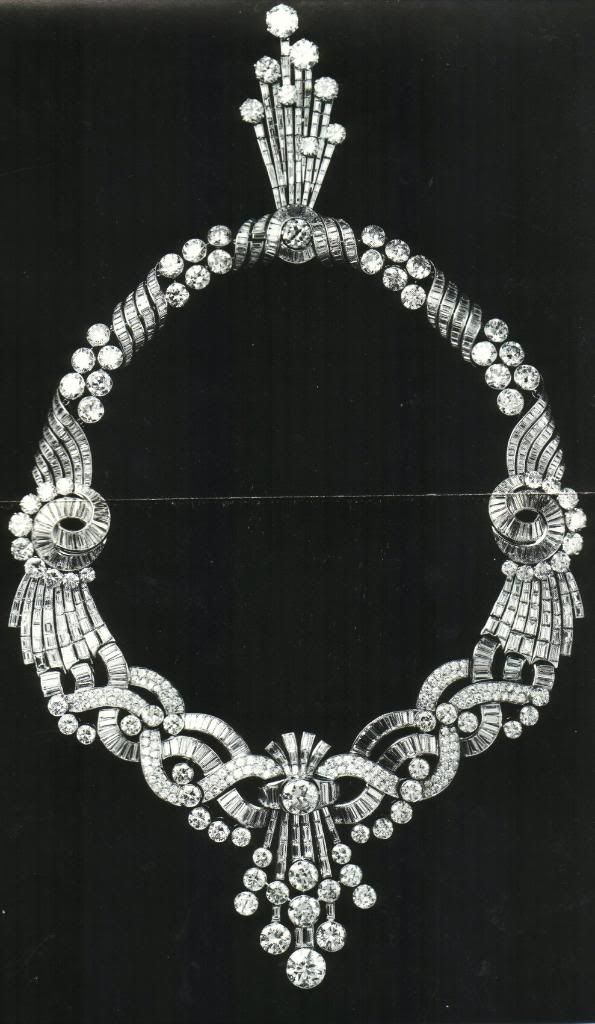 Eva Peron Diamond Necklace,Colier cu rubine şi diamante, cel care apare în tabloul de la începutul postării. Este o piesă tipic victoriană (sfârşitul sec. XIX-începutul sec. XX), cu rubine birmane-o raritate în sine-care a ajuns într-un mod necunoscut în posesia lui Eva Peron. Cumpărat în 1958 de către o persoană a cărei identitate a rămas secretă, a apărut la licitaţia Christie's New York, 15.10.2003.