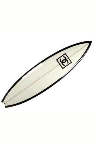 Chanel deportes surf ski tenis golf. Con aires vintage, tabla de surf blanca y negra de Chanel.