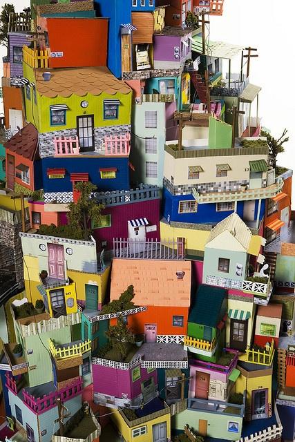 Cartonlandia... me recuerda al barrio del Risco de San Nicolás, en Las Palmas de Gran Canaria, con las casas trepando por la montaña y pintadas con distintos colores