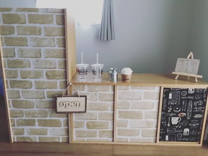 おうちカフェのような空間が素敵ですね。  カラーボックスの裏側が丸見えな場合は、こんな風に小物を飾るスペースを作っておしゃれに演出しましょう。