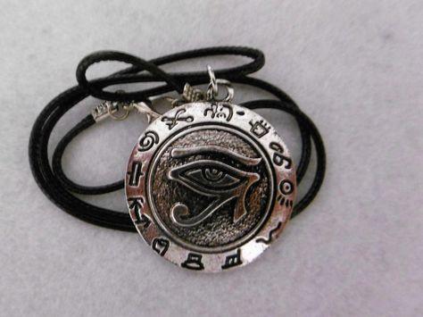 COLGANTE OJO DE HORUS El Colgante Ojo d Horus es un amuleto/talismán de Protección, de Purificación empleado en asuntos de salud y enfermedades, y de prosperidad. Representa la indestructibilidad del cuerpo y la habilidad de renacer ( leyenda de Osiris ). Se utiliza como talismán contra conjuros, maldiciones y mal de ojo. colgante de 3,5 cm con cordón de 40 cm. 5€