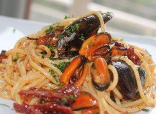 Spaghetti con cozze e pomodori secchi