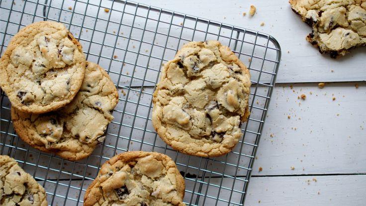 Une recette de biscuits aux brisures de chocolat de Buddy, présentée sur Zeste.tv.