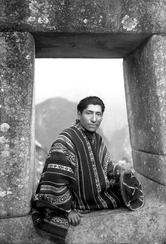 Martín Chambi (1891-1973) • Autorretrato en portada Inca, Machu Picchu, 1934
