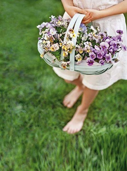 Wesele w plenerze - ślubne inspiracje, dekoracje Stylizacja i zdjęcie: Cornelia Weber/ Living4media/Free #wesele #dekoracje #inspiracje #ślub #slubne #plener #ogród #młodzi #ślubne #weselne #sala #stoły #dekorowanie #kwiaty #bukiety #sztućce #aranżacje #wedding #ideas #bride #bridal #flowers #white #red #orange #garden #table