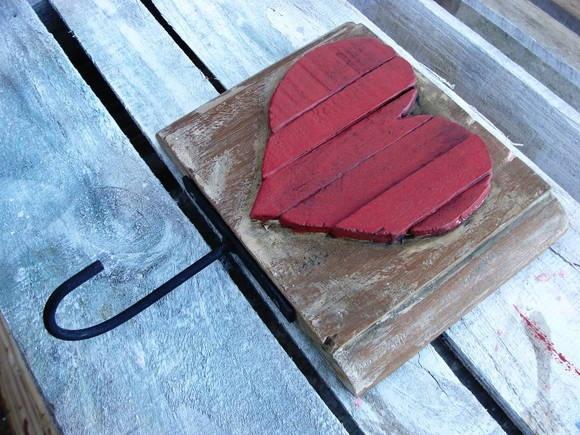 Cabideiro Coração Partido, feito com pedaços de madeira de demolição. Lindo objeto de decoração. R$ 25,00