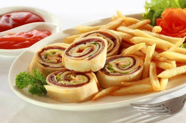 Pastırmalı Ve Kaşarlı Mini Rulolar Tarifi ve Atıştırmalık Tarifler  Pastırmalı ve kaşarlı mini rulolar tarifi hazırlanışı: Doygun Sade Tortillanın her birinin içerisine domates sosunu ya da salçayı çok ince bir tabaka şeklinde sürün. Sonra sırasıyla dilimlenmiş kaşar peynir, pastırma dilimleri, kıvırcık ya da marulu koyun ve dürüm Ekmek tahtasının üzerinde resimdeki gibi ince dilimler halinde kesin ve servis edin. Not: Arzuya göre yanına patates kızartması ile servis edebilirsiniz.