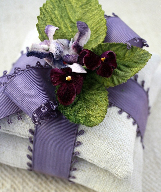 linen violets broderie ruban pinterest lavande sachet et emballage. Black Bedroom Furniture Sets. Home Design Ideas