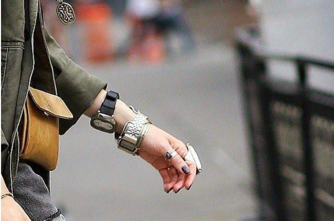 Ίσως σου φαίνεται λίγο αστείο να φοράς δύο ρολόγια στο ίδιο χέρι ή και από ένα στο κάθε χέρι αλλά η αλήθεια είναι πως στο εξωτερικό αποτελεί ήδη trend.