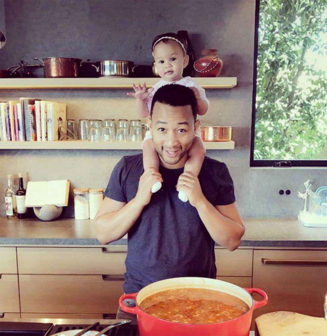 JOHN LEGEND cooking with his daughter Luna - Διάσημοι μπαμπάδες μαγειρεύουν παρέα με τα παιδιά τους | Table Art - Art de la Table