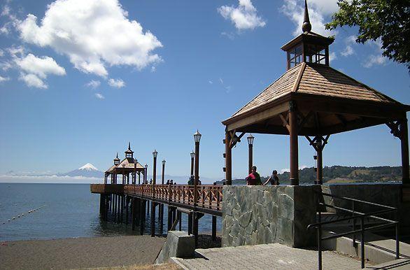 FRUTILLAR Y PUERTO OCTAY Iniciaremos nuestra excursión a Frutillar, visitando primeramente la ciudad de Llanquihue, famosa por sus cecinas y lugar de origen del río Maullín, forma parte de la antigua Ruta de los Colonos y luego bordearemos el Lago Llanquihue para dirigirnos hacia Frutillar.