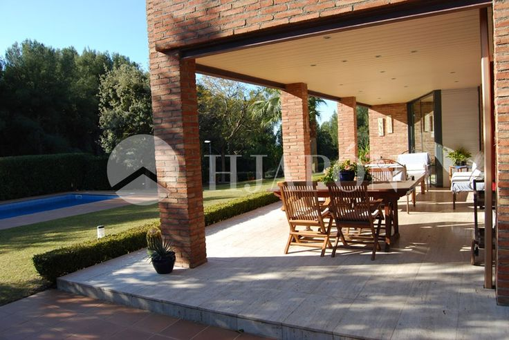 Exclusive villa of 497m2 in plane plot of 1290m2, with pool and in a quiet area of Maresme