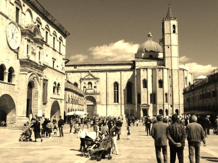 Ascoli Piceno - People Square: beautiful picture of DownTown Ascoli.. As you can see, It is a perfect city for children, families, teenagers and young people