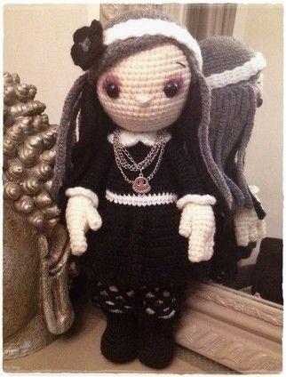 """Voici ma poupée version gothique prénommée ALYSSANDRE (les tutos d """"un Monde en crochet"""")"""