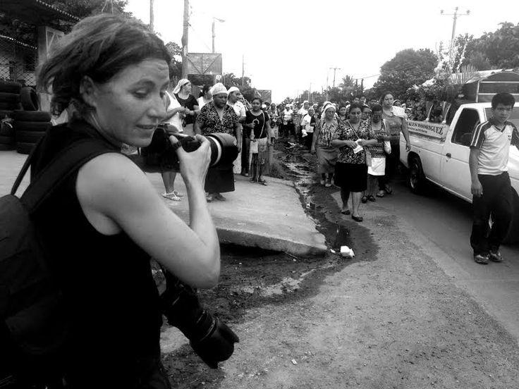 HILVERSUM - Fotografe Mariëlle van Uiter heeft bij de jaarlijkse uitreiking van de prijzen voor fotojournalistiek de Zilveren Camera de eerste prijs gewonnen in de categorie Buitenland Documentair. Van Uitert, jarenlang woonachtig in Breda en oud-student van NHTV, won de prijs met haar serie over bendes in El Salvador. Deze bendes - Mara's - zaaien sinds ongeveer 1990 dood en verderf met drugshandel, ontvoeringen, afpersingen en huurmoorden. De twee belangrijkste bendes zijn Mara Salvatrucha…