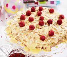 Recept: Påsktårta med rårörda hallon (Almond cake with vanilla cream for Easter)