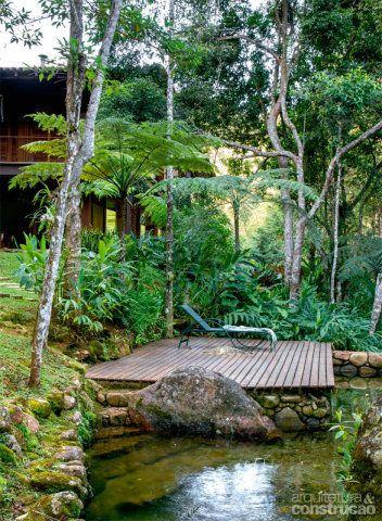 O deck de 3 x 5 m, montado com ripas de cumaru, serve de apoio à piscina natural.