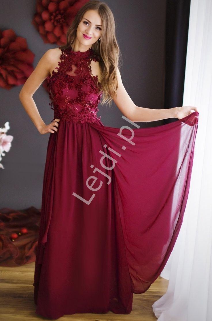 Oryginalna bordowa długa suknia na szyję . Suknia ozdobiona wzorami 3D - kwiatami , które wspaniale podkreślaja suknie. Bardzo efektowna i zwracająca na siebie uwagę niezwykła oryginalnością. Suknia idealna dla każdej Pani bez względu na wiek, dla świadkowych, dla Matki Panny Mlodej. Suknia z tyłu ma szeroką gumę dopasowującą suknie do ciała. Z przodu zwiewne szarfy luźno opadające na nogi.Sukienka na studniówkę, sukienka na wesele, wieczorwa sukienka