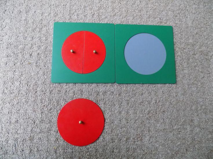Activité 1: Les équivalences avec les cercles fractionnés. Activité 2 1/2 = 2/4 gloups… parfois on voudrait mais ça ne marche pas. Elle continue ainsi. Un peace and love de fractions ^^. 1/3…