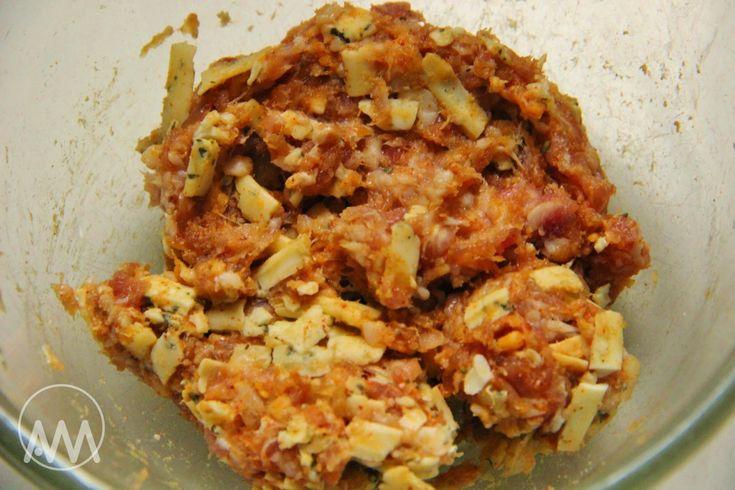 Na přípravu budete potřebovat: 500g mletého masa ( nejlépe mix ) 100g nivy 1 a 1/2 plátku toastového celozrného chleba 1 vejce s...