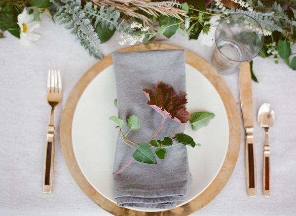 The gray cloth napkin and loose flower adds casually to the gold placement. Wedding Tables DecorFall Table SettingsPlace ... & 162 best   table settings   images on Pinterest   Harvest table ...