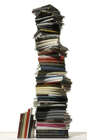 Una pila di libri gialli per averne sempre uno a portata di mano