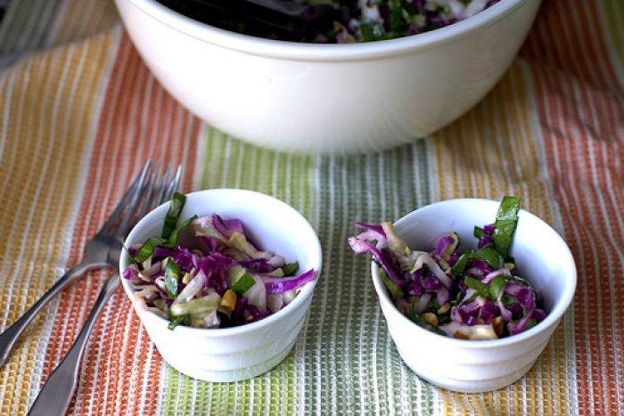 Летний салат из красной капусты с арахисом