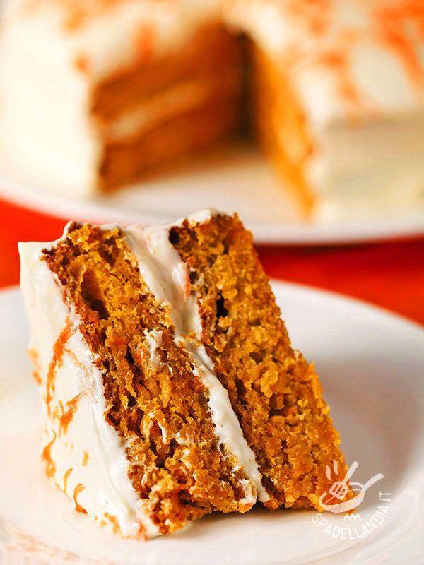 La Torta di carote e crema di yogurt è un dolce squisito e delicato. Aggiungete delle mandorle tostate e tritate, per una nota più energica!
