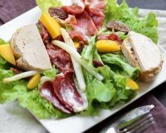 Salade landaise avec foie gras : http://www.cuisineaz.com/recettes/salade-landaise-avec-foie-gras-81884.aspx