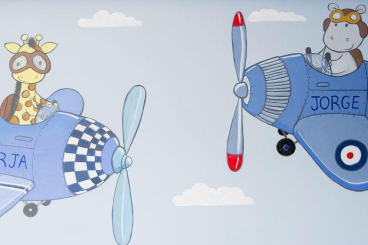 Detalle de pintura mural - decoración infantil de aviones y animales.