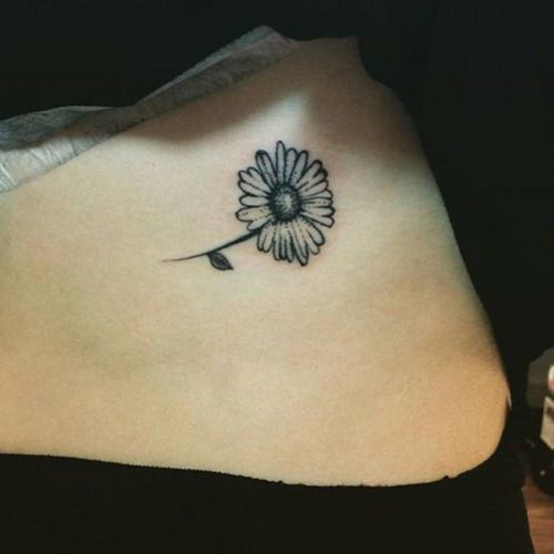 Pelvis tattoo of a daisy flower. Tattoo artist: Alex Hearn