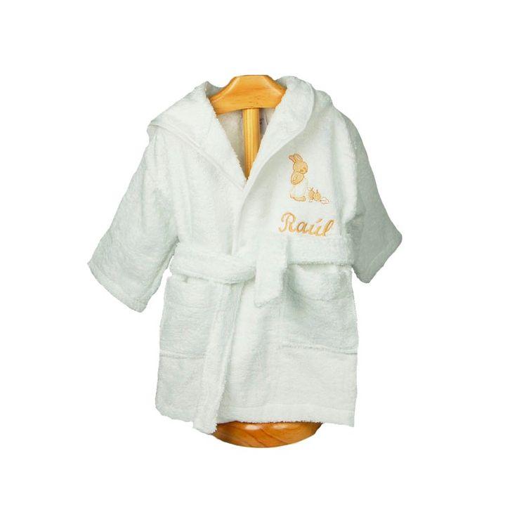Albornoz con conejo beige y nombre bordado. Práctico albornoz de bebé de rizo blanco. Tiene una capucha y en la parte delantera un conejito beige bordado donde bordamos el nombre del bebé en el momento. 100% algodón. Un regalo ideal para un bebé que acaba de nacer. Precio: 28,90 €