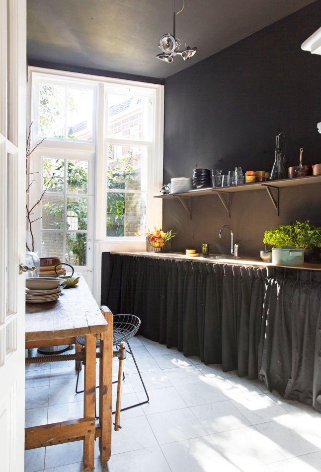 Cuisine rideaux et murs noirs