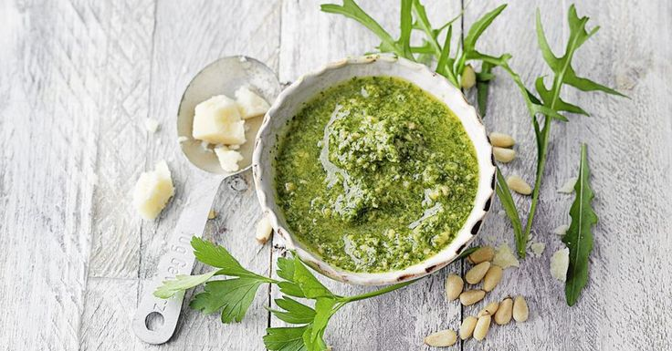 Ein erfrischend herbes Pesto, das nicht nur zu Pasta schmeckt. Es passt auch wunderbar zu würzigem Käse, gegrilltem Fleisch oder zu Grillkartoffeln.