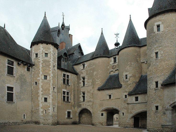 Situé sur la Bièvre, entre Blois et Contres, le château de Fougères-sur-Bièvre est une ancienne forteresse médiévale du Loir-et-Cher.