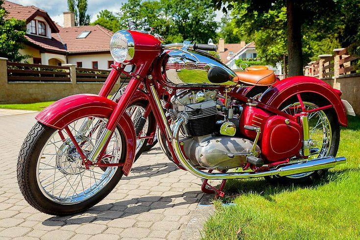 Jawa 500cc 4stroke  Photo courtesy of @myclassicride  More photos on - http://ift.tt/1MOOLiU (Link in Profile) | #jawa | #jawamotorcycles.com | #idealjawa| #2stroke | #chrome | #Cz | #biker | #motorcycles | #imtheindianbiker | #yezdi | #yjoci | #retro | #czech | #vintage | #vintagestyle |#india | #motorbike | #caferacer | #bikeporn | #instamotogallery | #dirt | #bike | #picoftheday | #gopro | #motocross | #motorcycleyard |