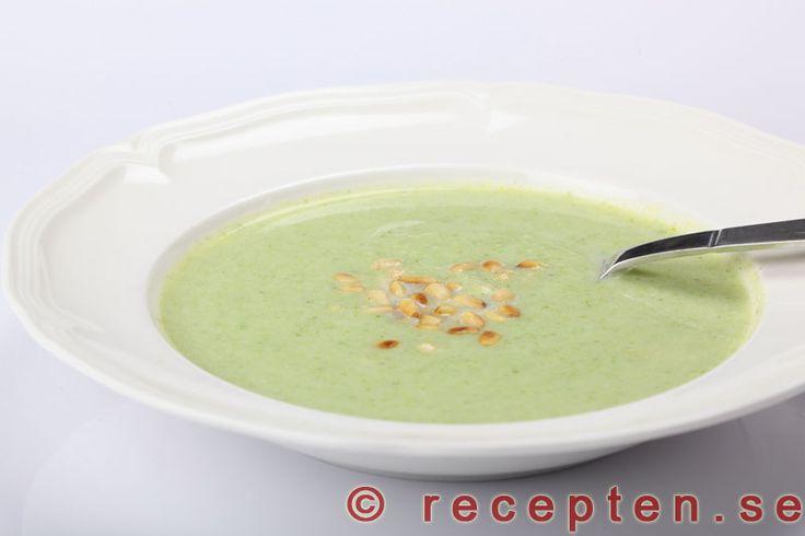 Broccolisoppa - Recept på broccolisoppa. Jättegod och enkel soppa med broccoli utan tillsatser eller andra konstigheter! Klar på 15 minuter.