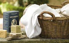"""De nombreux parents souhaitent se lancer dans la fabrication """"maison"""" de lessive à base de savon de marseille mais devant le nombre incalculable de recettes sur les blogs et forums, ils ..."""