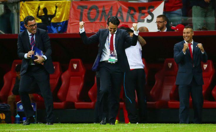 El Sevilla ha sido capaz de mutar su himno del Centenario para incluír el nombre de su entrenador milagro. Un estudioso del fútbol, que ha vuelto a elevar a los altares al Sevilla, pero que tiene en ascuas al sevillismo con su futuro.