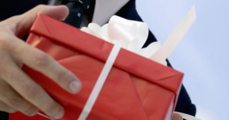 Regalos para el vigésimo aniversario de un empleado. Recompensar a los empleados que han demostrado compromiso con tu empresa se debe celebrar y ser destacado por sus compañeros. Los regalos para el vigésimo aniversario van desde donaciones de dinero, tiempo o regalos tangibles. El regalo en sí no es el único aspecto al considerar la dedicación del empleado; se puede hacer una fiesta para celebrar ...