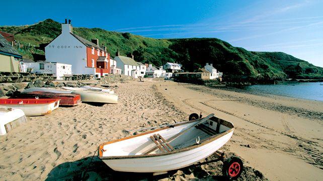 The Ty Coch Inn and the beach at Porthdinllaen, Llyn Peninsula