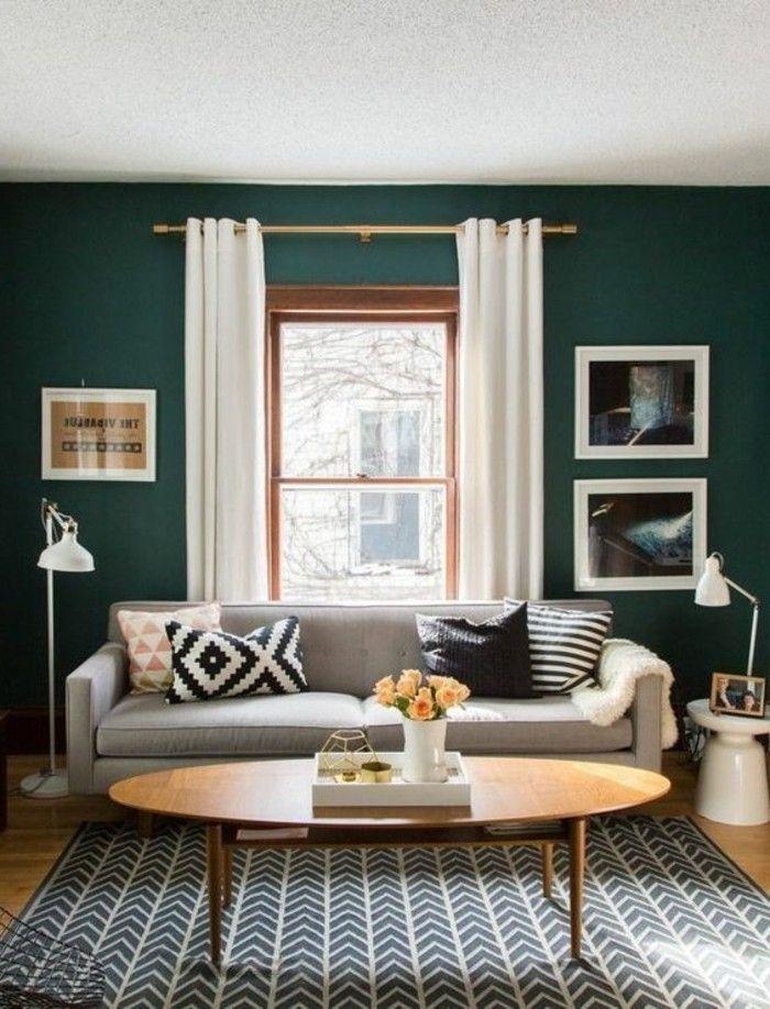 une solution très tendance, couleur mur salon ver émeraude, canapé gris, table ovale en bois, idée déco murale intéressante