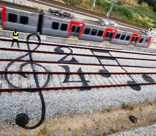Quand un street artist s'amuse avec les voies ferrées
