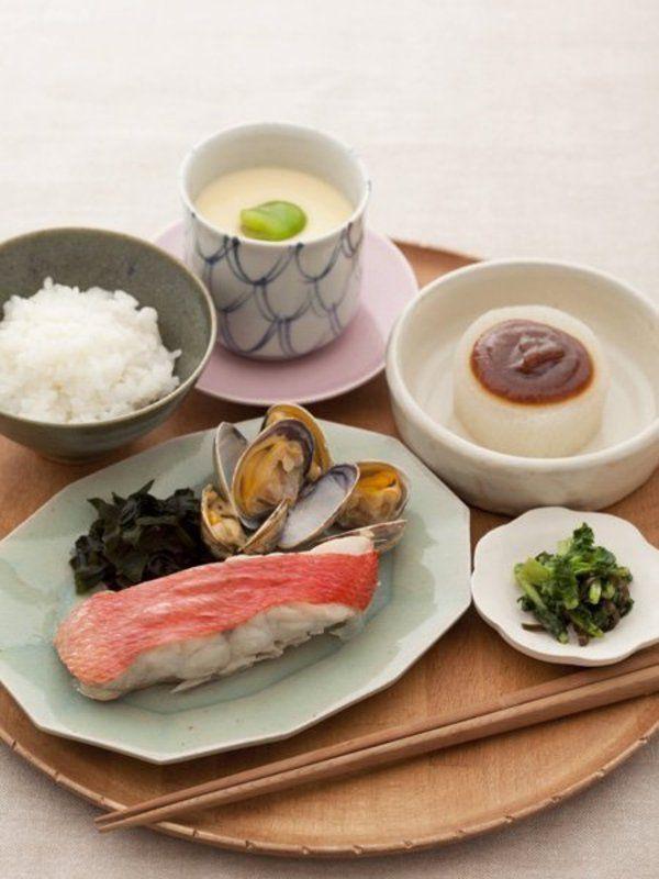 ごはんと蒸し魚、ふろふき大根、そら豆入り茶椀蒸し、大根の葉の昆布和え